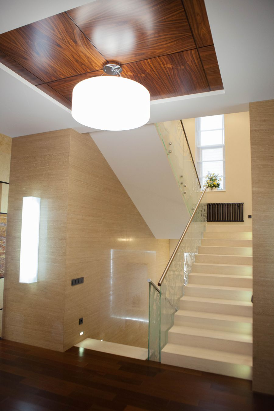 Интерьер лестничного холла в частном доме