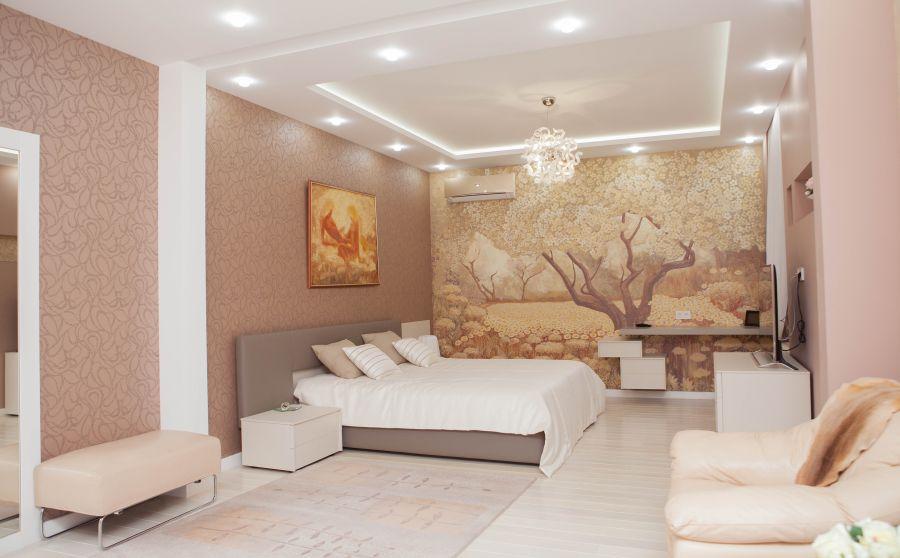 интерьер спальни с росписью стены